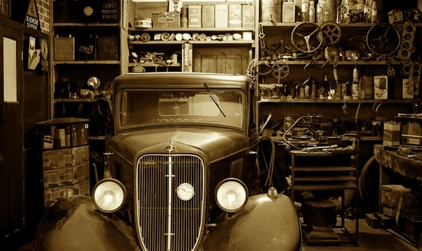 Vieux garage avec voiture ancienne