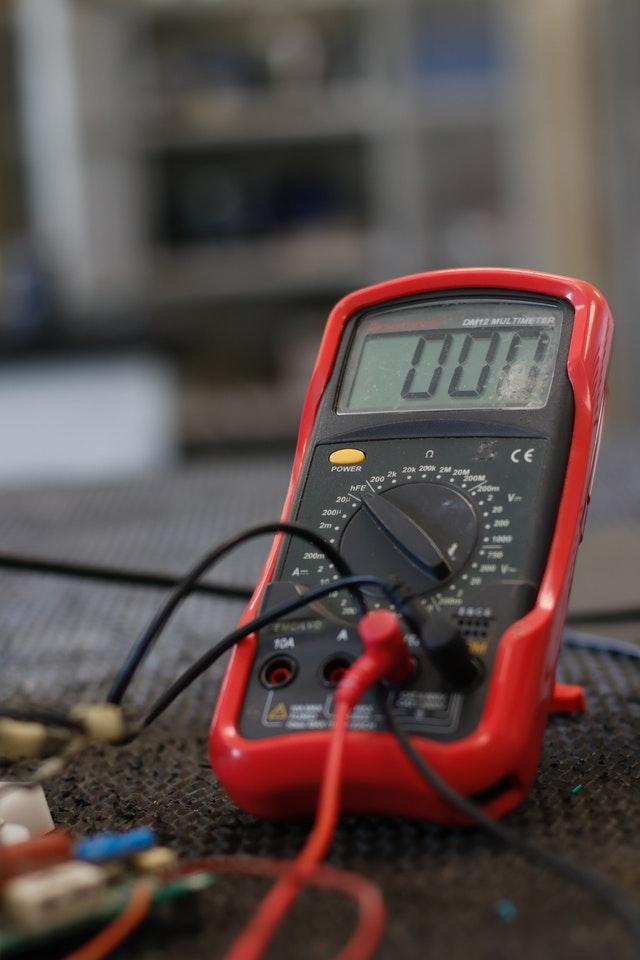 Multimètre rouge pour détecter des fuites électriques