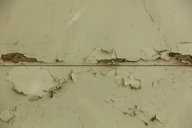 Mur qui s'effrite à cause de l'humidité