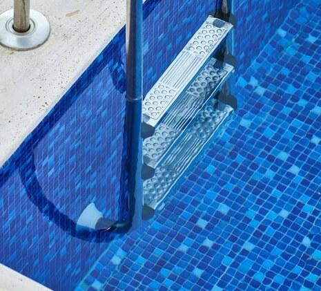 Echelle d'une piscine carrelée