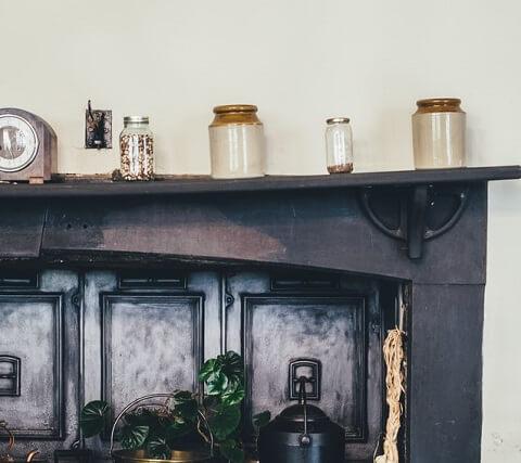 Rangement cuisine sur meuble noir