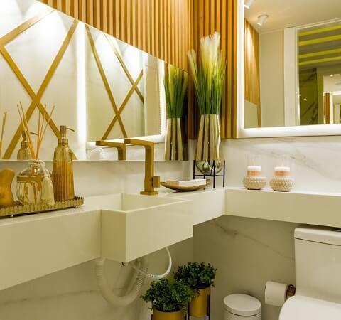 Plante verte dans une salle de bains