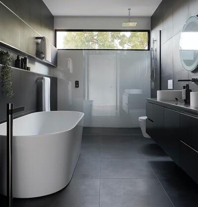 Salle de bains moderne avec béton ciré