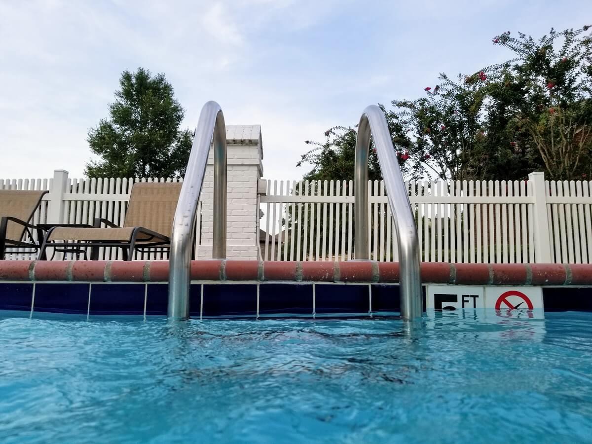 Vue piscine et ses barrières de sécurité