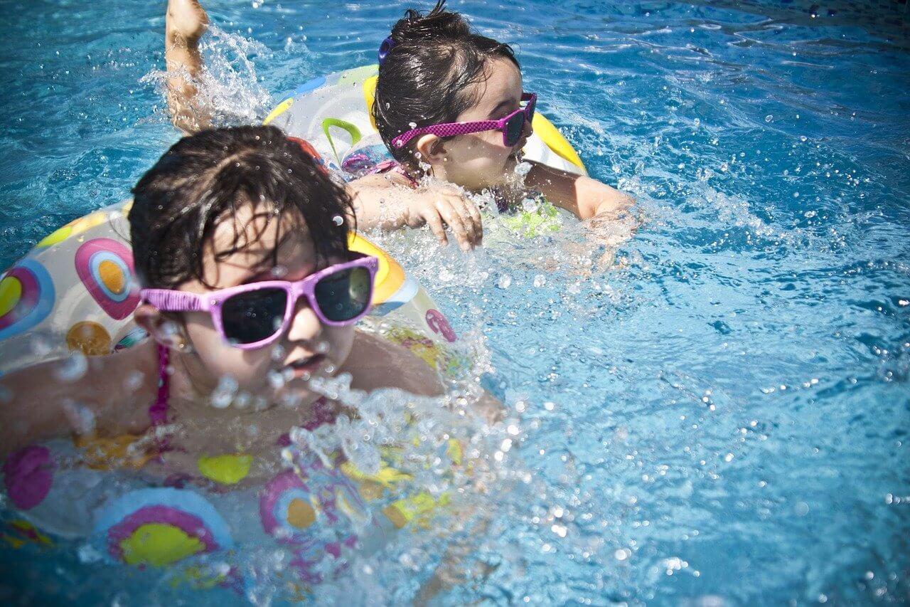 Enfants avec bouées dans une piscine