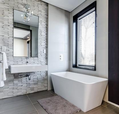 Salle de bain avec différents carrelages