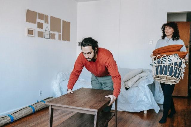Couple qui prépare son déménagement