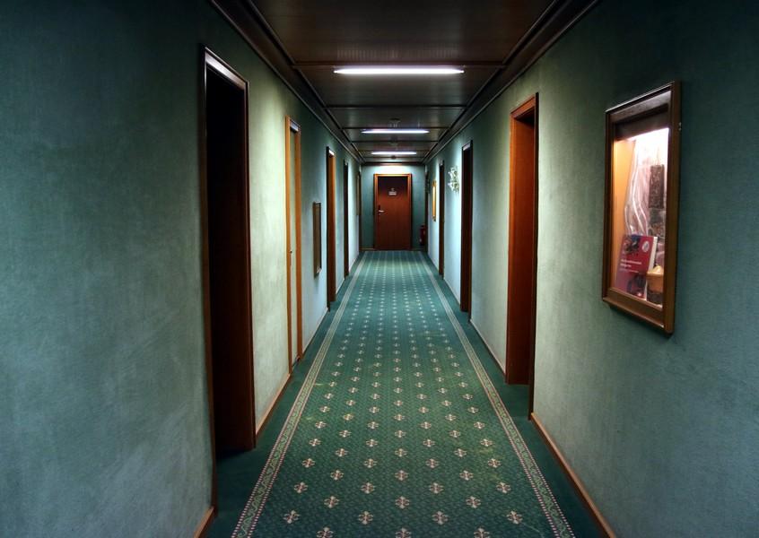 couloir avec moquette