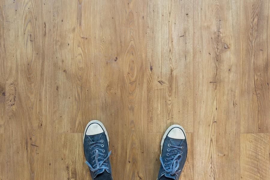 chaussures sur un plancher en bois