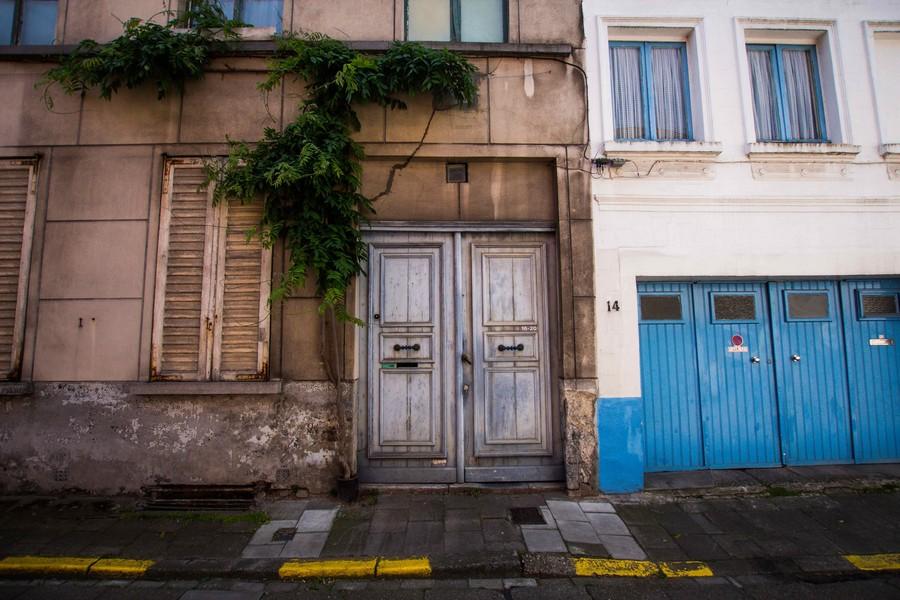 devanture immeuble avec porte de garage