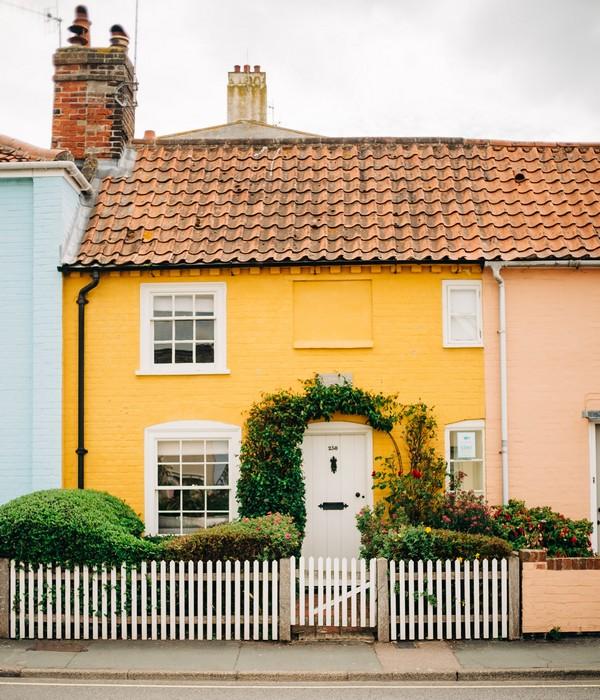 maison jaune avec un toit en taule