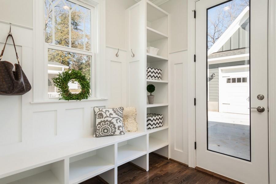 placards et rangements dans l'entrée d'une maison
