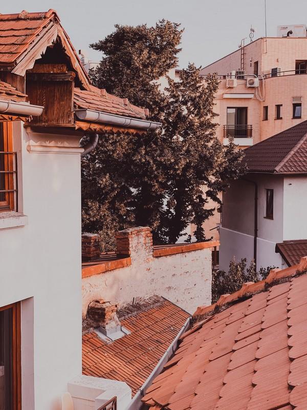 vue sur les toits ensoleillés