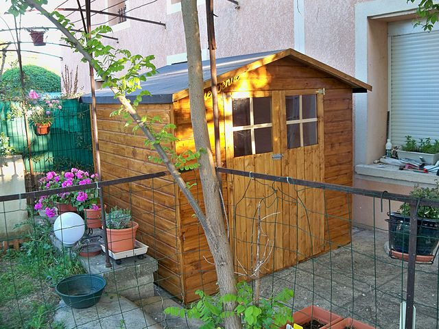 abri de jardin en bois de type chalet