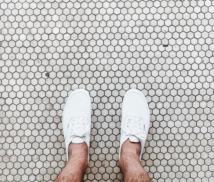 baskets sur du carrelage de salle de bain