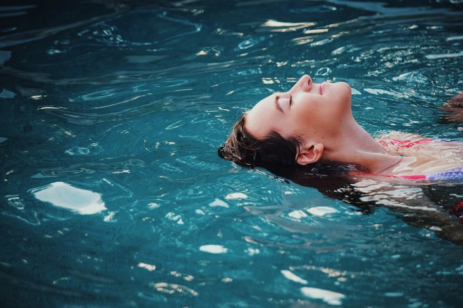 femme qui nage sur le dos dans une piscine