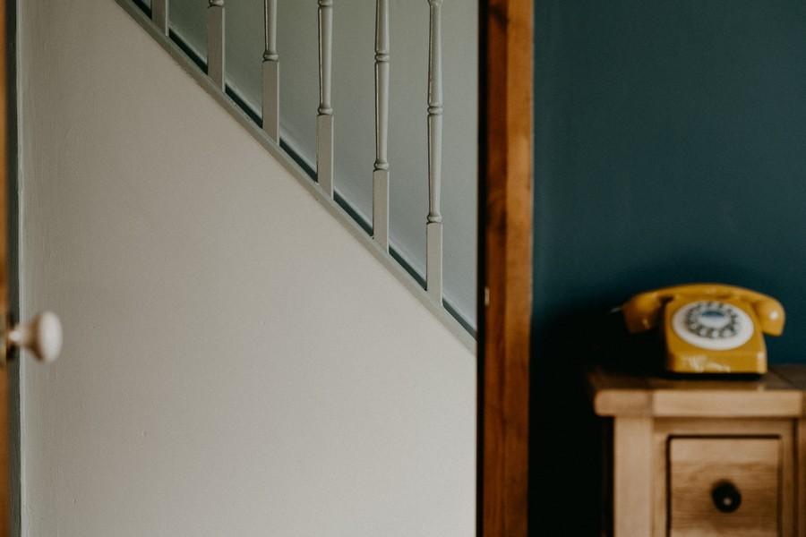 intérieur de maison avec vue sur l'escalier depuis l'entrée