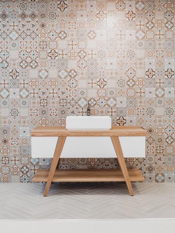 salle de bain avec du carrelage au mur
