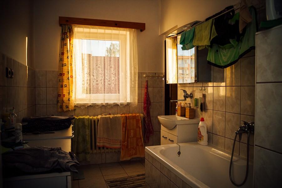 vieille salle de bain avec baignoire