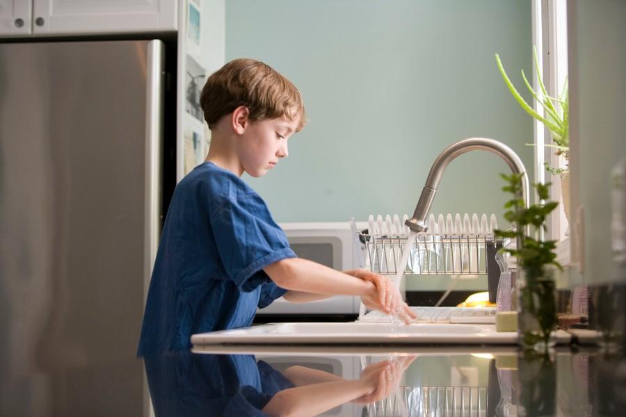 enfant qui se lave les mains