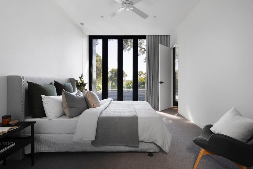 chambre à coucher avec un plafond blanc