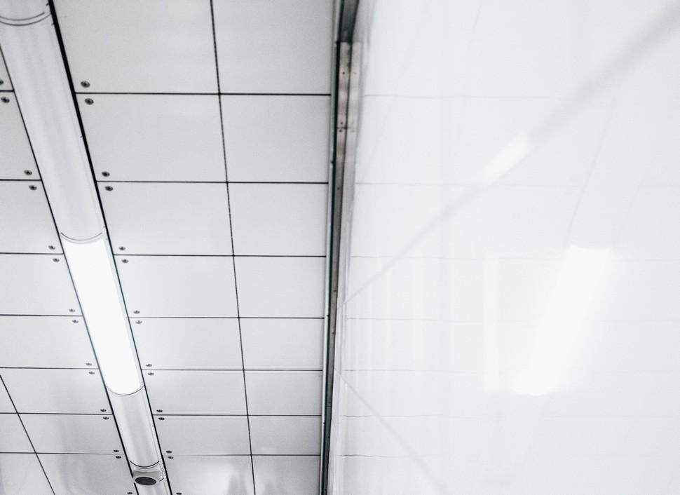dalles de plafond dans des bureaux