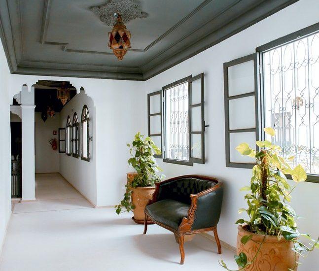 pièce d'une maison lumineuse avec un plafond travaillé