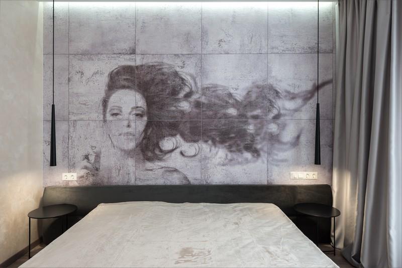 fresque murale au dessus d'un lit