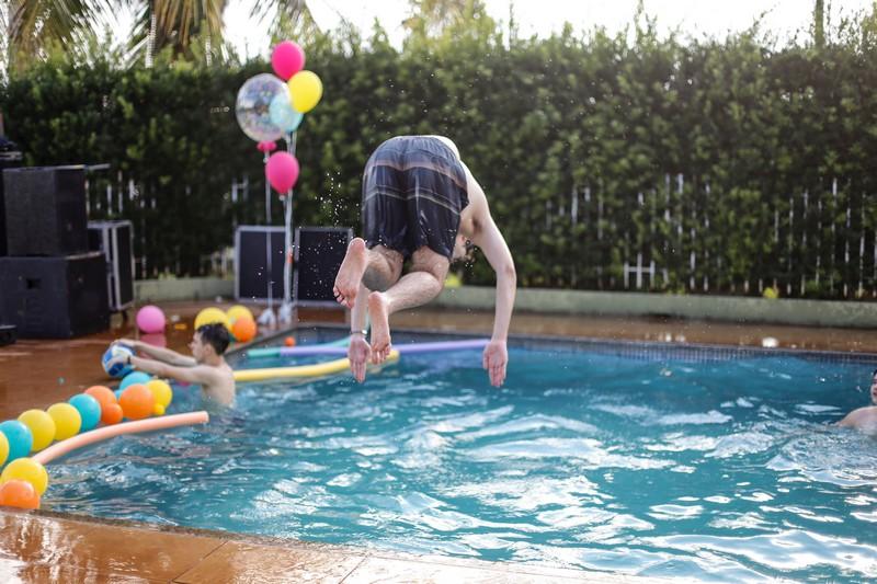 homme qui plonge dans une piscine