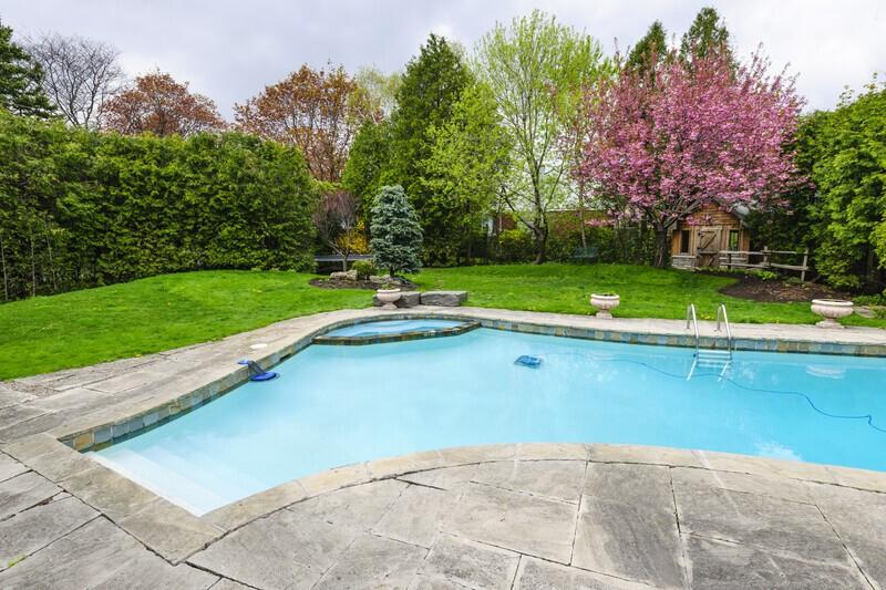 piscine creusée placée au milieu d'un jardin