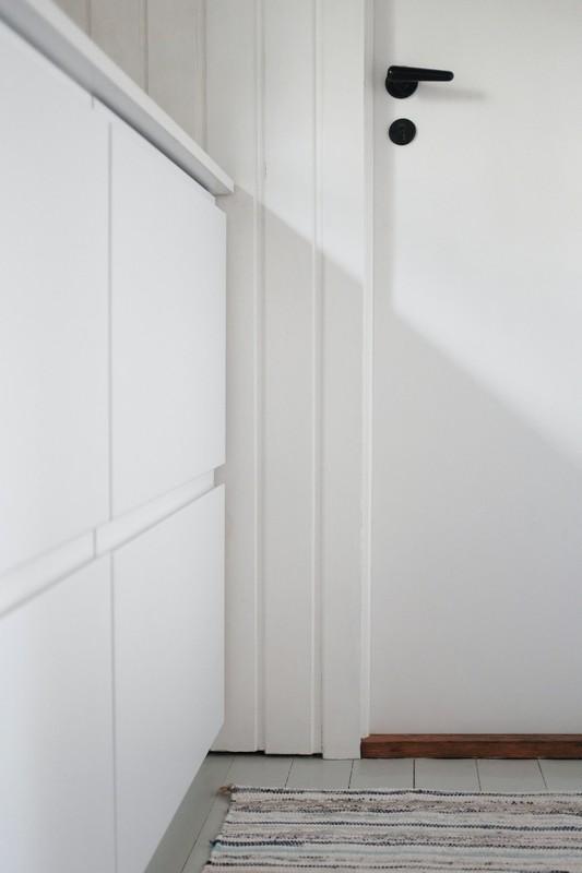 porte blanche avec une poignée noire