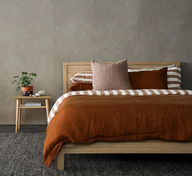 sommier avec un matelas et de beau linge de lit