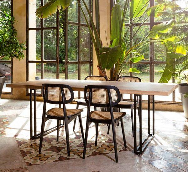 table de salle à manger avec des chaises tissées